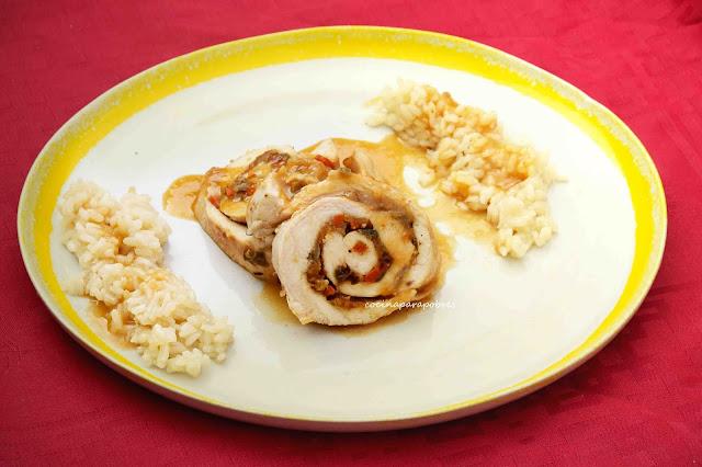 Pechuga de pollo rellena en salsa y acompañada de arroz
