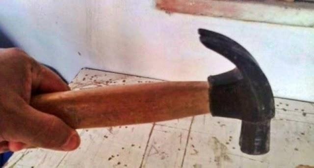 Homem dá martelada na cabeça da esposa por almoço não estar pronto