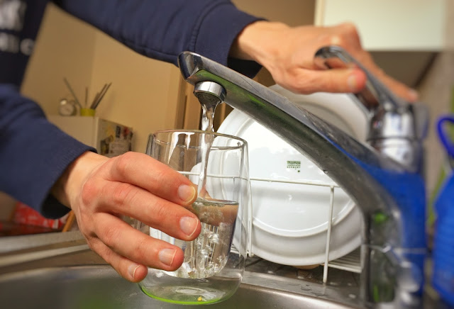 10 Bahaya Konsumsi Air Mentah untuk Kesehatan dan Tubuh
