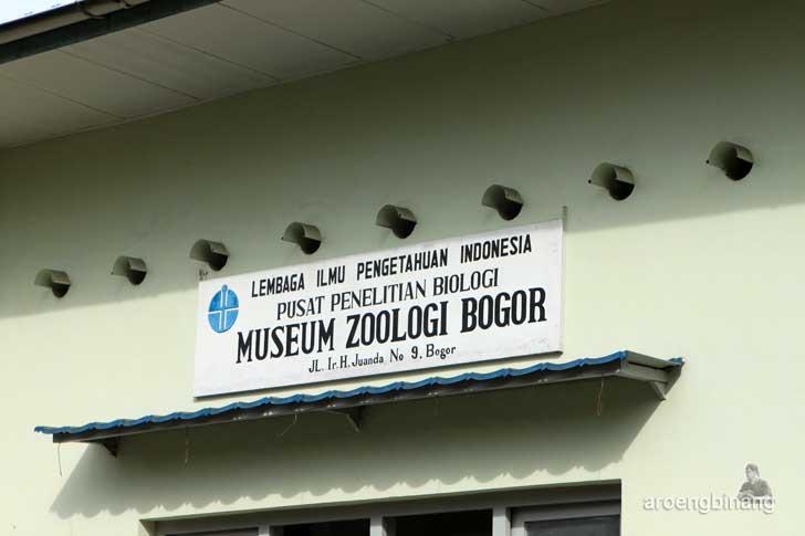papan nama museum zoologi bogor
