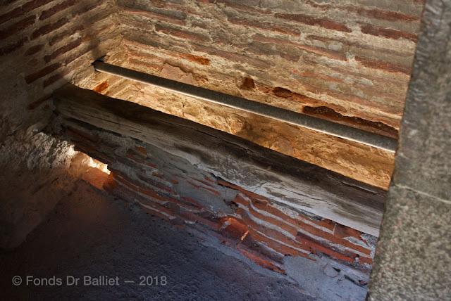 Banquette en bois du 17e s. de latrines disposées sur le rempart de Villefranche-de-Conflent