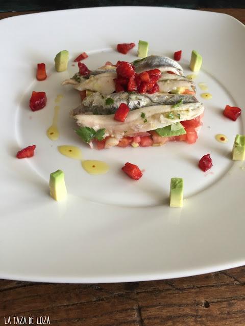ensalada-de-boquerones-y-fresas-con-aguacate