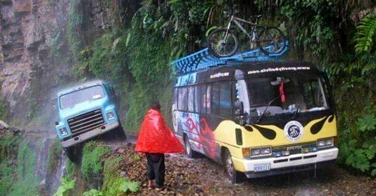 Kuzey Yungas Yolu, Bolivya bulunan oldukça tehlikeli bir dağ yoldur.