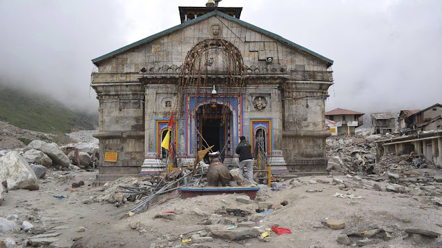 Kedarnath Temple is 3000 years old according to Hindu belief. Lord Shiva Temple Kedarnath temple was built after the end of the Mahabharata by Pandavas. Twenty-two verses engraved in Sanskrit on two walls in the temple boundary give rise to its beauty. The exact date of the construction of the temple in ancient literature has not been mentioned. But if we look at scientific evidence, then at least 3,000 years of age can be considered. But you are surprised to know that this Shiva Temple was completely submerged under the vast leg of ice for nearly 400 years from 14th century to 1748 AD. According to the scientists, the Kedarnath temple was pressed into the ice for 400 years, but nothing has been done to this temple, so now scientists are not surprised that how to save this temple in the fresh water situation. The Kedarnath temple may have faced many floods, but this temple is still in its place.