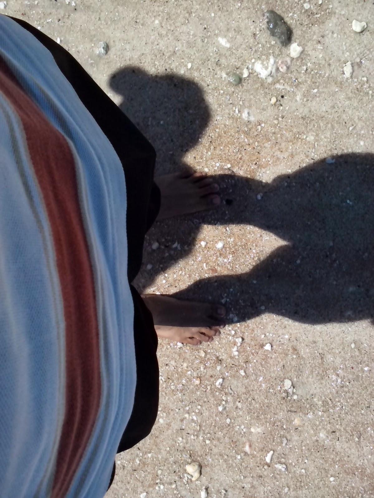 Berdiri dipasir putih pantai Pandawa