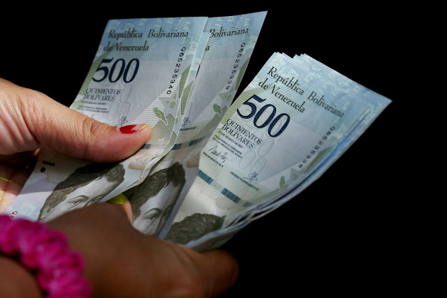 Bloomberg: Venezolanos pagan 100% de interés para obtener efectivo