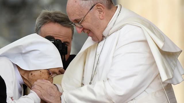 El papa Francisco ya permite que le besen el anillo