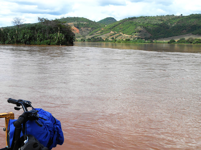 Encontro do rio Caratinga com o rio Doce, em Barra do Cuieté, MG. Foto Gilson Soares, 2016.