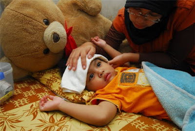 Ilustrasi kompres anak demam. Foto : Republika. http://www.republika.co.id/berita/gaya-hidup/parenting/16/01/29/o1oykc328-kompres-dingin-dan-hangat-cocoknya-untuk-sakit-apa