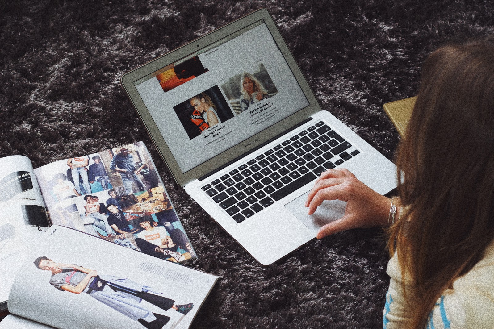 fashion blogger dominique candido on her laptop mac book looking at zalando editorial page