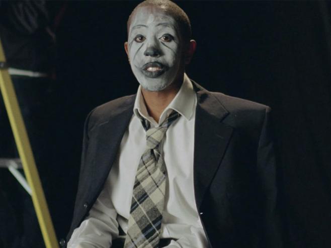 MorMor é um palhaço tristonho e cheio de traumas no videoclipe de 'Outside'