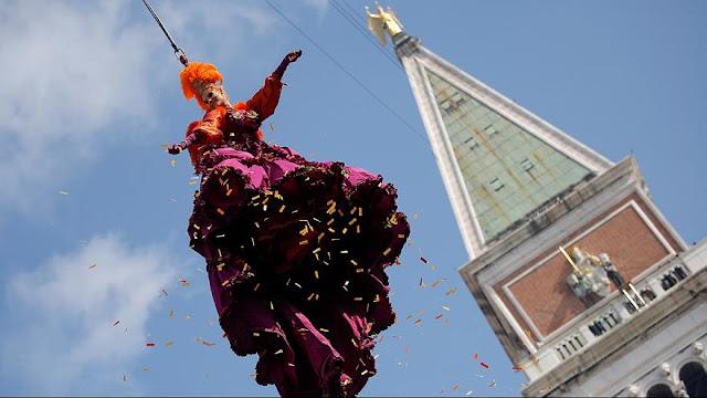 Με την «Πτήση του Άγγελου» ξεκίνησαν οι εορταστικές εκδηλώσεις για το Καρναβάλι της Βενετίας (βίντεο)
