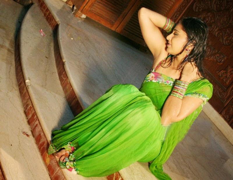 Anushka Shetty Hot Sexy Navel Show Pics In Green Saree