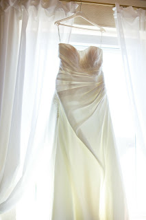 Vestido de novia colgado en una percha