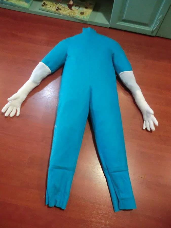 colocamos unos guantes a modo de manos para el muñeco de carnaval