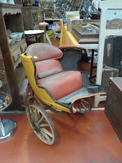 antiguo carrito infantil en el desembalaje de cantabria en torrelavega