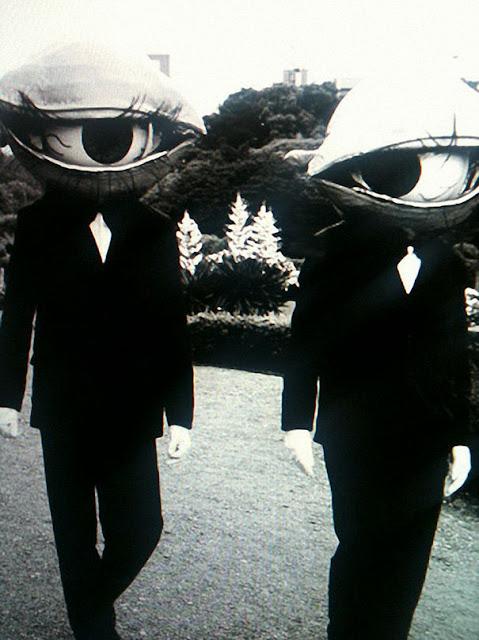 仮装の参考になる?昔のハロウィンの不気味すぎる仮装。8選 大きな目