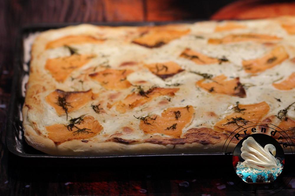 Pizza au saumon fumé et au fromage à l'ail