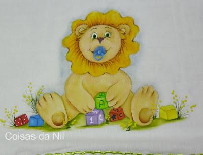 fralda menino com pintura de leãozinho e brinquedos
