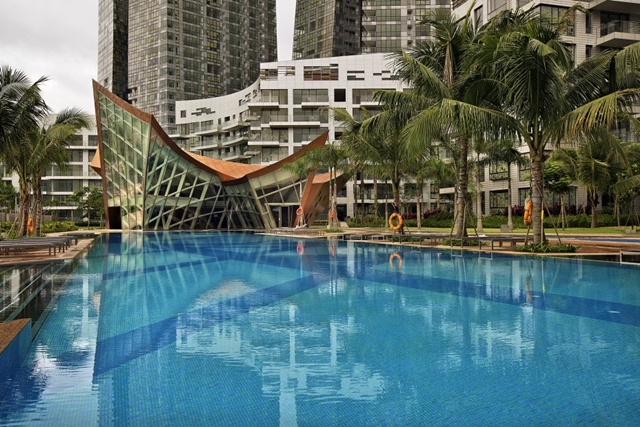 Reflections at Keppel Bay by Studio Daniel Libeskind with the pool