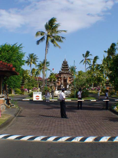 Фото шлагбаума при въезде на территорию отеля