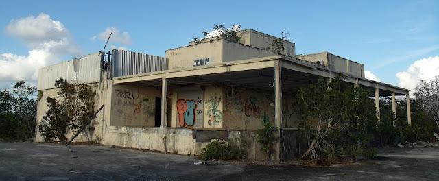 Edificios abandonados en el antiguo complejo de Aerojet General