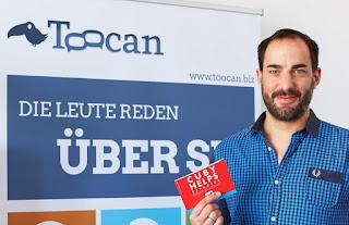 Tobias Freund, Geschäftsführer Toocan GmbH und beschenkte Kinder.