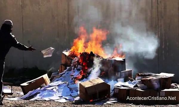 Estado Islámico quema libros cristianos