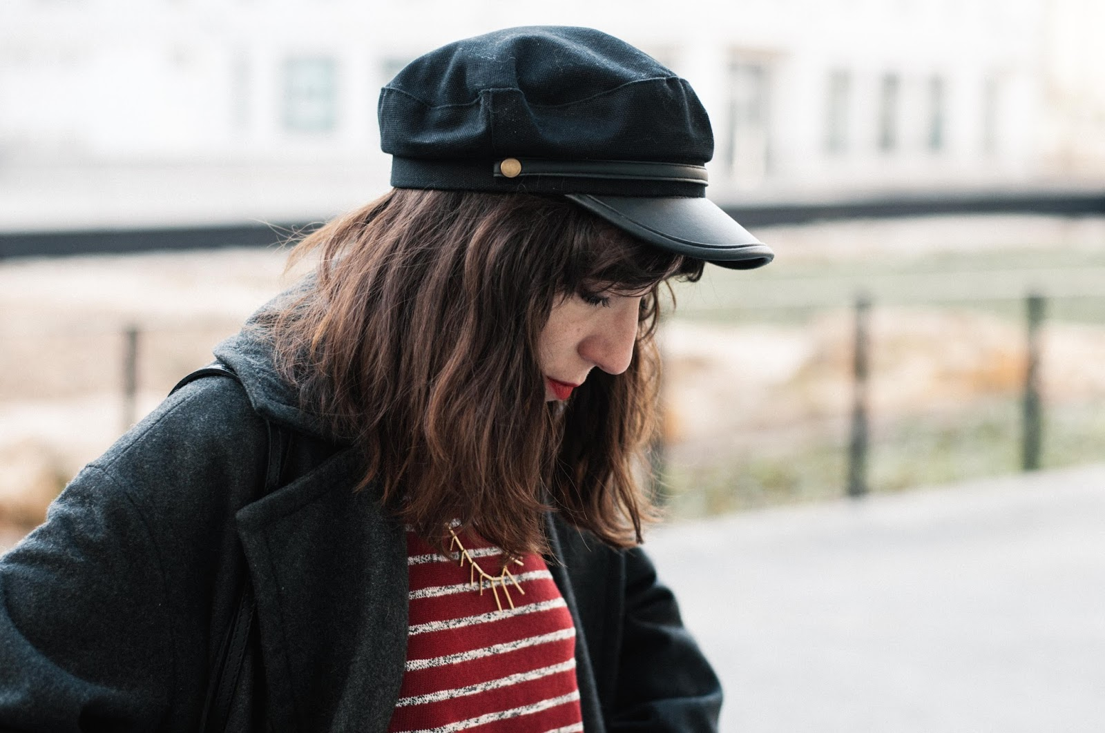 Falda & other stories, camiseta Mango, gorra Asos, botines Zara