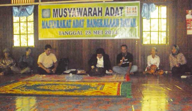 Masyarakat adat sedang melakukan kegiatan musyawarah untuk menentukan suatu peraturan