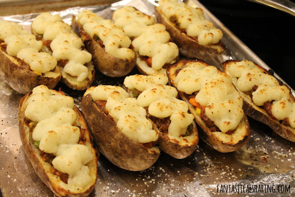 Shepherd's Pie Potato Skins // Your family will be on pins and needles waiting for this meal to hit the dinnertable! #SundaySupper #beef #potatoskins #potato #maindish #shepherdspie