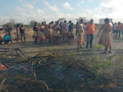 Ás BRs 101 e BRs 423 foram bloqueadas, na manhã desta quarta-feira (26), por um protesto de índios. Os manifestantes bloquearam os dois sentidos das vias e impediram que veículos circulassem pelo local.   A assessoria de comunicação da Polícia Rodoviária Federal (PRF) informou que, na BR-101, foram interditados trechos dos quilômetros 20, em Joaquim Gomes, e 248, em Porto Real do Colégio/AL. Na BR-423 foi interditado o quilômetro 100, em Delmiro Gouveia, na divisa de Alagoas com a Bahia.    A Polícia Militar (PM) também confirmou o bloqueio, mas não soube informar as causas da manifestação. Na última semana, índios da tribo Wassu Cocal bloquearam trecho da BR-101 para reivindicar melhorias e alertar sobre as necessidades da tribo. No protesto desta manhã, os manifestantes atearam fogo em galhos de árvores para impedir a passagem dos veículos. O Corpo de Bombeiros foi acionado para conter as chamas. Além da Polícia Militar e do Corpo de Bombeiros, a Polícia Rodoviária Federal (PRF) foi acionada para o local. Um longo congestionamento se formou na rodovia.