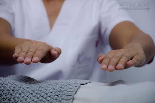 Imposición manos reiki en estómago