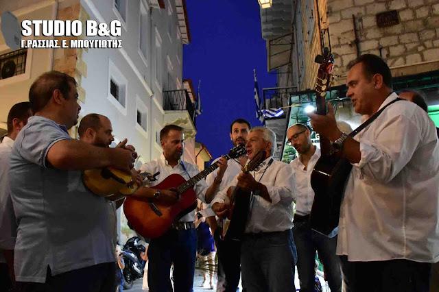 Οι «Τραγουδιστάδες τση Ζάκυθο» ξεσήκωσαν μελωδικά ντόπιους και επισκέπτες στο Ναύπλιο (βίντεο)
