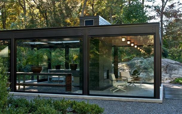 Маленький садовый домик из стекла
