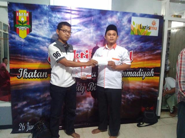 Kamiludin dari Lazismu Jember menyerahkan pentasyarufan simbolik kepada Budi, Ketua UPZ Lazismu Kalisat