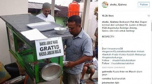 Tiap Jumat Wage, Penjual Bakso Ini Gratiskan Jualannya Untuk Jamaah Masjid