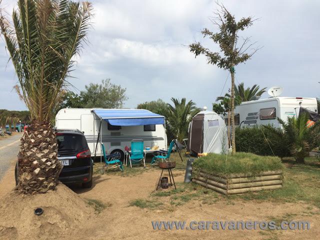 Foto de la amplia parcela en el Camping El Delfín Verde | caravaneros.com