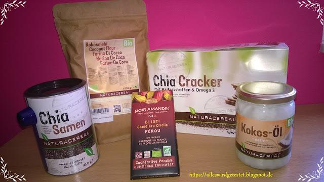 Kokosmehl, Kokosöl, Chia Samen, Chia Cracker und Schokolade mit Mandeln