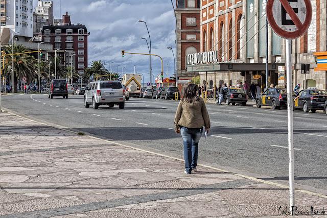 Color. Persona en dirección al Casino Central de Mar del Plata