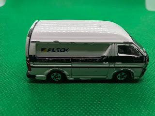 トヨタ ハイエース のおんぼろミニカーを側面から撮影
