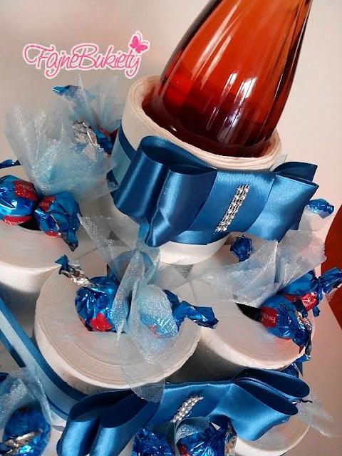 zabawny prezent z papieru toaletowego, wina i cukierków