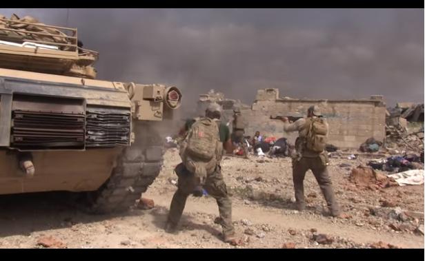 Soldado con bolas de acero corre entre las balas del ISIS para rescatar a una niña; la salva