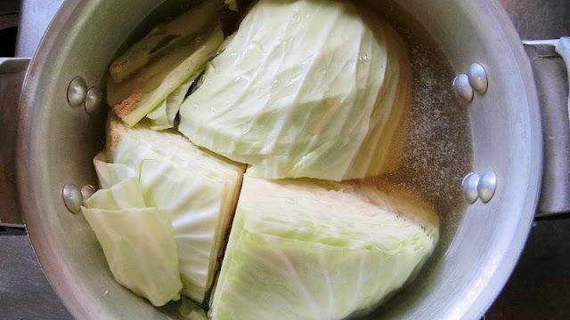 キャベツを圧力鍋に調味料と一緒に入れる