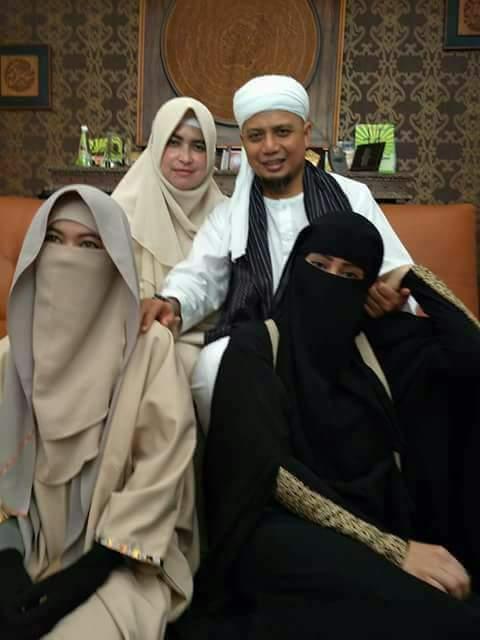 istri3 - Bikin Baper, Ini Foto Eksklusif dan Kisah Pernikahan Ketiga KH M Arifin Ilham