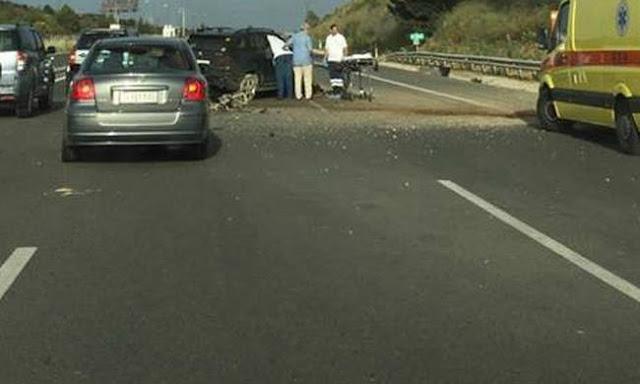 Φωτογραφίες: Αυτοκίνητο καρφώθηκε σε κολώνα γέφυρας στην «Αθηνών – Κορίνθου»