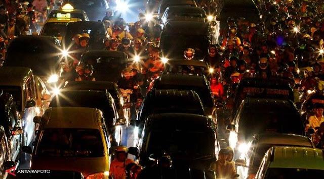 Warga Panik Sirine Gempa Tsunami Berbunyi di Padang, Lalu Lintas Jalan Raya Padang Macet.