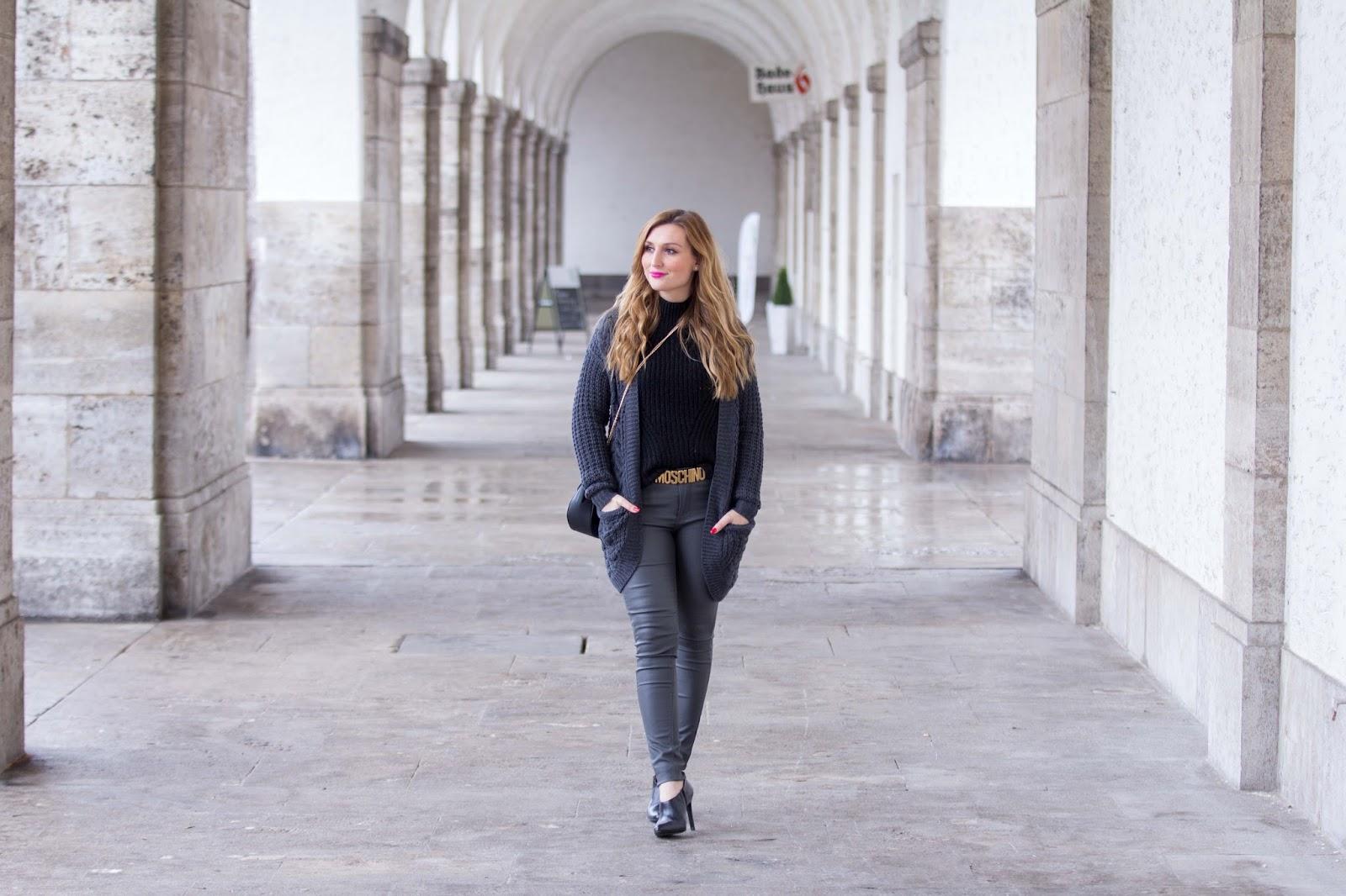 Fashionblogger-moschino-mit-buntem-Fell-pinkes-trend2017-schwarz-grau-BloggerstyleFashionblogger-trenchcoat-schwarze-stiefletten-Bloggerstyle