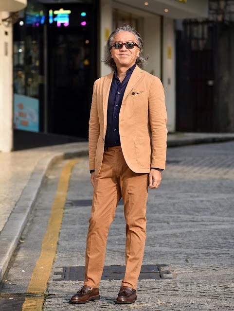 タバコ色スーツとネイビーシャツのコーディネート
