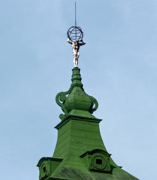 Підгорецький замок. Скульптура атланта на бічному павільоні